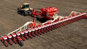 azienda agricola mezzo meccanico al lavoro