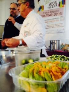 Sapori Mariano cuoco con in primo piano fiori zucca