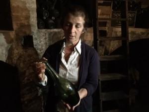 Oltrepò Pavese Codevilla Azienda Montelio titolare in cantina con bottiglia d'annata