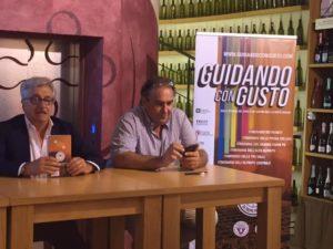 A sinistra, Roberto Lechiancole presidente dell'Associazione Strada del Vino e dei Sapori dell'Oltrepò Pavese. A destra Patrizio Chiesa autore della Guida  insieme a  Gianni Maccagni