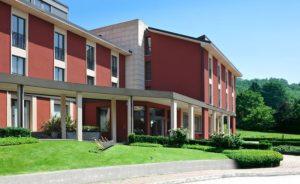 Esterni del Red'sHotel che ospita lo Zafferano Bistrot